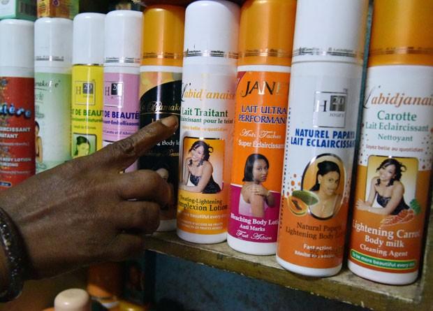 Produtos ara clarear a pele são vendidos em loja de Abidjan, na Costa do Marfim  (Foto: AFP Photo/Sia Kambou)