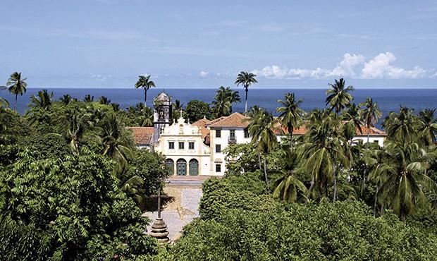 Emoldurada por palmeiras e árvores, a igreja de Nossa Senhora das Neves, em Olinda, faz parte do primeiro convento franciscano construído no Brasil, datado do século 17 (Foto: Miguel Igreja/Empetur)