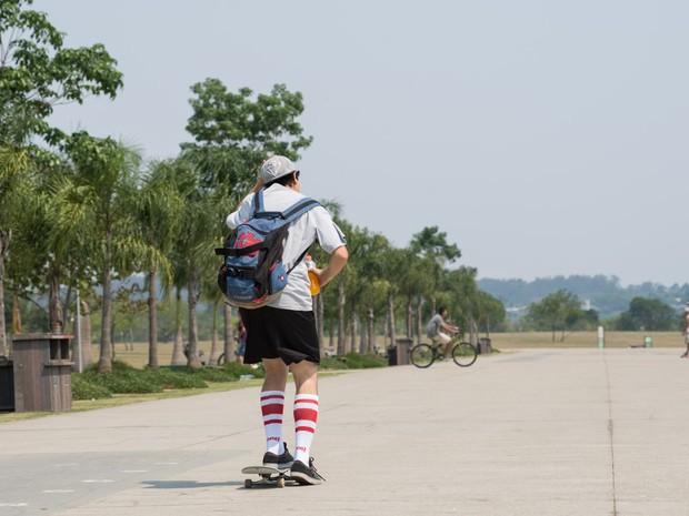 Homem anda de skate no Parque Villa Lobos, em São Paulo. A temperatura nesta segunda-feira (13) foi a maior do mês, atingindo 35,9ºC com 13% de umidade (Foto: Marcelo Brandt/G1)