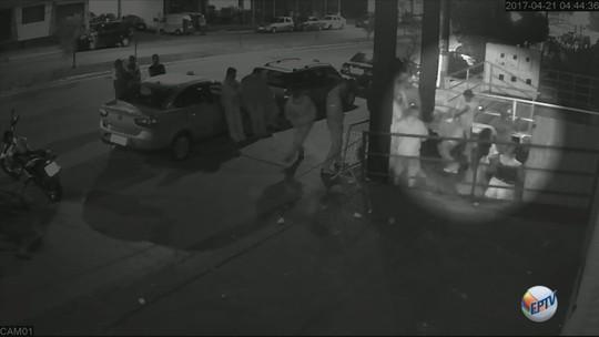 Vídeo mostra troca de tiros que terminou com morte de homem em porta de pub em Três Corações, MG