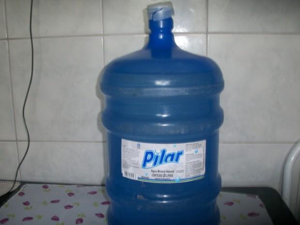 Água tem cheiro e gosto de produto químico, parecido com querosene (Foto: Denise Carmo/Arquivo Pessoal)