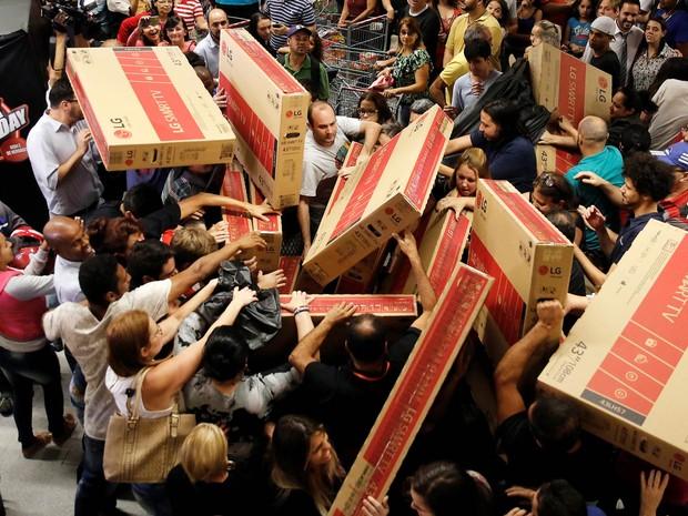 Compradores disputam televisores à venda em uma loja do Extra em São Paulo na quinta-feira (24), em abertura antecipada de promoções da Black Friday (Foto: Nacho Doce/Reuters)