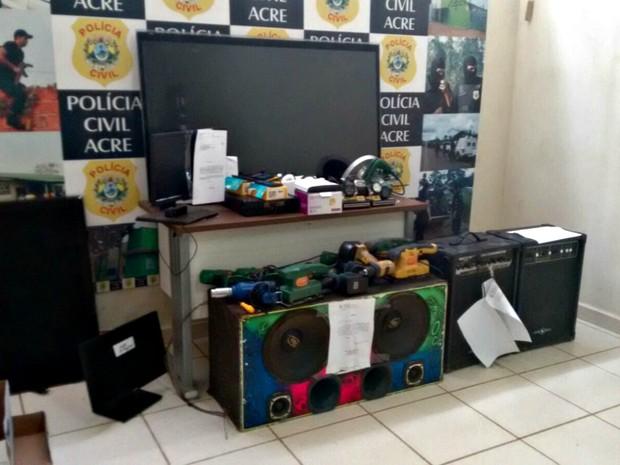 Produtos de roubo podem ser recuperados em delegacias em Rio Branco  (Foto: Quésia Melo/ G1)