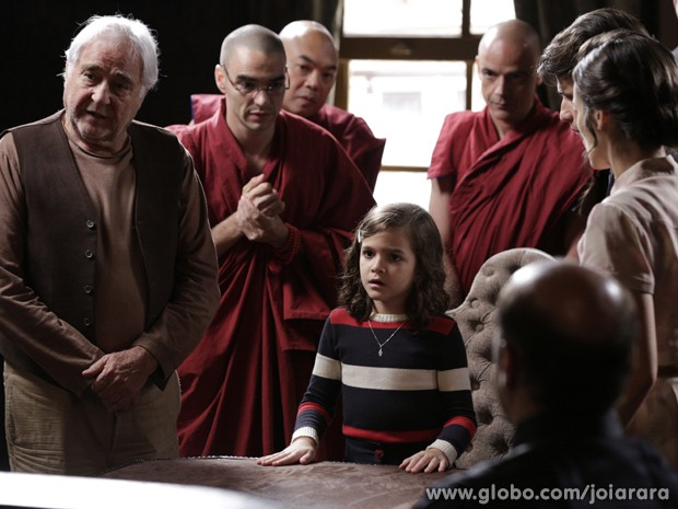 Pérola invade audiência e leva monges junto (Foto: Fábio Rocha/ TV Globo)