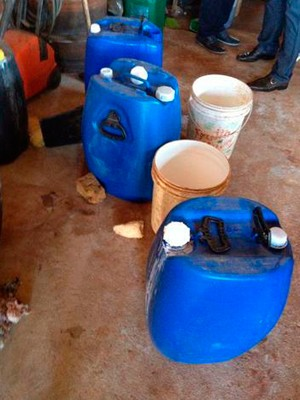 Litros de soda cáustica foram apreendidos no município de Três de Maio (Foto: Marjullie Martini/MP)