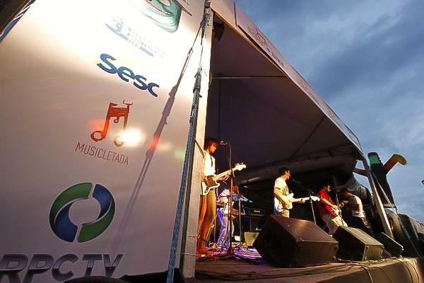 No palco, a Banda Gentileza agitou o público presente (Foto: Euricles Macedo/RPC TV)
