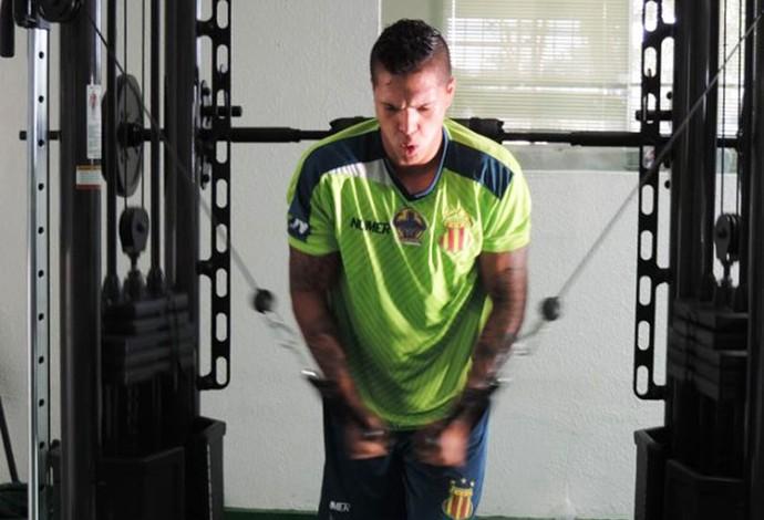o Atacante Jean Carlos foi o primeiro a iniciar atividade no clube e deve ficar a disposição para sexta rodada da Série B (Foto: Sampaio / Divulgação)