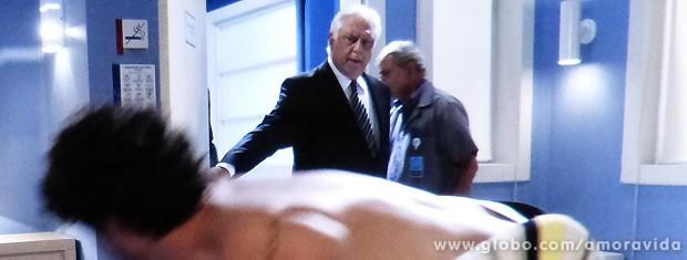 Mas César entra no recinto e pega o casal no flagra... (Foto: Amor à Vida / TV Globo)