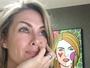 Ana Hickmann lê comentários de fãs e brinca com tamanho de sua sala