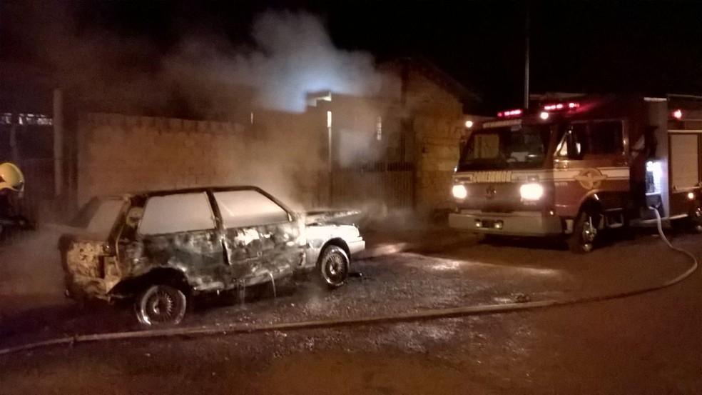 Bombeiros apuram  incêndio em seis veículos durante a madrugada, em Jataí (Foto: Divulgação/Corpo de Bombeiros)