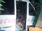 Micro-ônibus com 16 crianças bate em muro; professoras ficam feridas