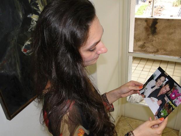 Renata olha com saudade foto da família (Foto: Renata Costa Lana e Souza / Arquivo Pessoal)