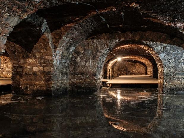 Com ar sombrio e misterioso, subsolo tem o chão coberto pela água do mar (Foto: Egi Santana/ G1)