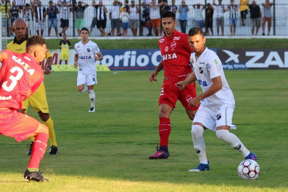 Erivélton deixou o campo ainda no primeiro tempo, no jogo contra o Vila Nova, com dores na coxa direita (Foto: Andrei Torres/ABC)