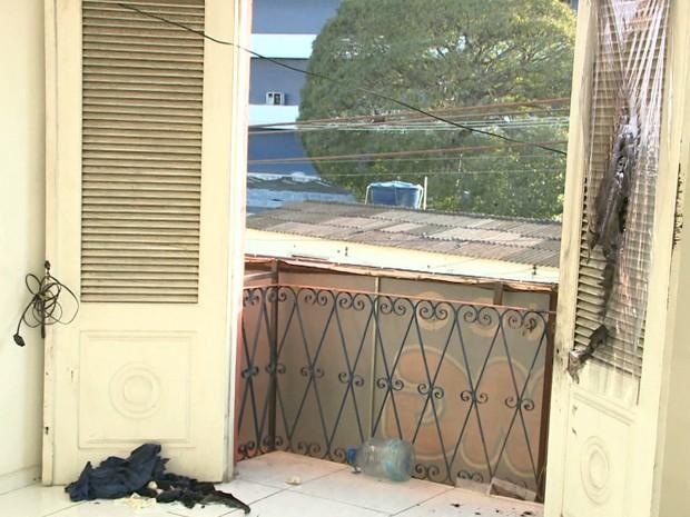 Vítima estava realizando serviços de manutenção na rede elétrica na sacada de uma sala no momento do acidente (Foto: Reprodução/TV Mirante)