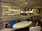 Sem-teto dormem em McDonald's em Hong Kong