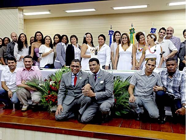 participantes da terceira cerimônia coletiva de uniões estáveis homoafetivas, realizada em dezembro, que reuniu 100 casais no TJ-RJ (Foto: Rio Sem Homofobia)