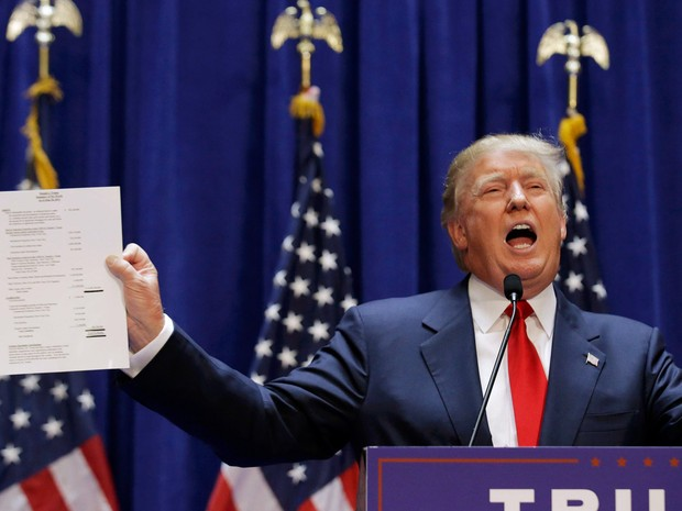 Donald Trump, candidato presidencial republicano dos EUA e magnata do setor imobiliário e personalidade de TV, exibe sua declaração financeira ao anunciar sua candidatura oficial durante um evento na Trump Tower, em Nova York (Foto: Brendan McDermid/Reuters)