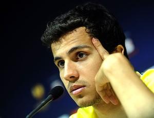 Nilmar na coletiva (Foto: AFP)