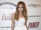 Jennifer Lopez usa vestido tomara que caia em pré-estreia de filme