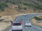 Dupla é flagrada urinando pelo vidro enquanto carro estava a 100 km/h