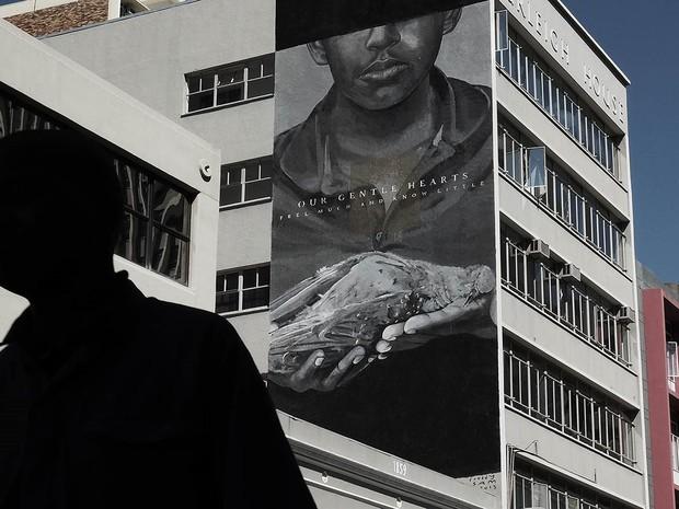 Grafite de Freddy Sam, na Cidade do Cabo  (Foto: Campanha Education is not a crime)