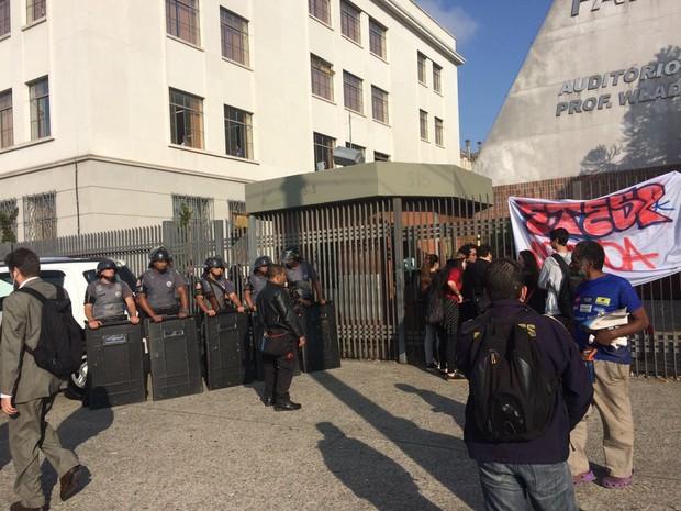Policiais bloqueiam a entrada da Fatec/Etec da Avenida Tiradentes para impedir a entrada de alunos que deixaram a ocupação Centro Paula Souza (Foto: Tatiana Santiago/G1)