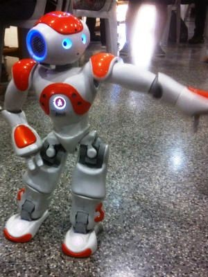 Robô é capaz de dançar e até ensinar matemática (Foto: Orlando Duarte Neto/G1)