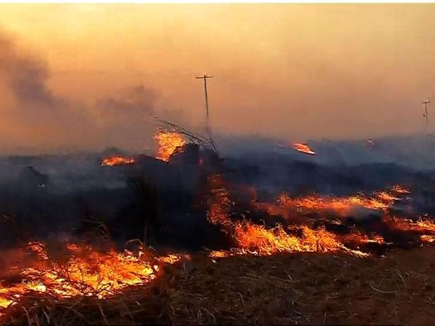 Incêndio começou na terça-feira e está parcialmente controlado, diz Defesa Civil (Foto: Reprodução/TVCA)