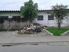 Lixo próximo ao hospital de São Vicente gera reclamação de morador