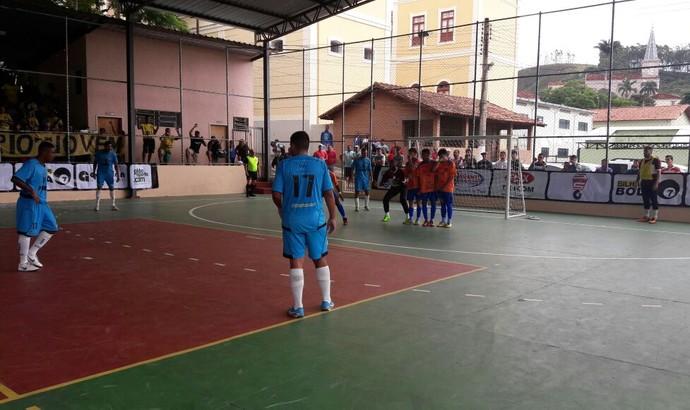 Rio das Flores tenta o gol em cobrança de falta: jogo movimentado (Foto: Divulgação/TV Rio Sul)
