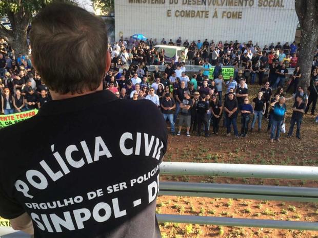 Policiais civis do Distrito Federal fazem assembleia na Esplanada dos Ministérios (Foto: Mateus Vidigal/G1)