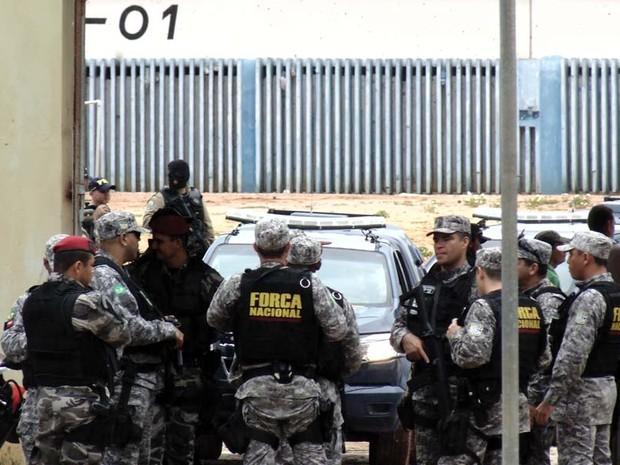 Homens da Força Nacional acompanharam a operação  (Foto: Felipe Gibson/G1)