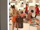 Fernanda Souza faz compras em shopping no Rio e Thiaguinho espera