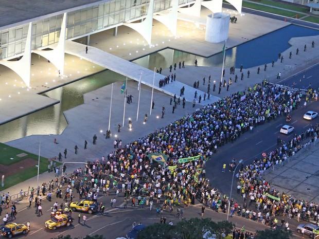 Manifestantes fazem protesto contra a nomeação do ex-presidente Luiz Inácio Lula da Silva para o Ministério da Casa Civil e exibem faixa em apoio ao juiz Sérgio Moro na frente ao Palácio do Planalto, em Brasília (Foto: Dida Sampaio/Estadão Conteúdo)