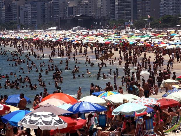 Com calor desta véspera de Ano Novo, Praia de Copacabana ficou lotada (Foto: Severino Silva/Agência O Dia/Estadão Conteúdo )
