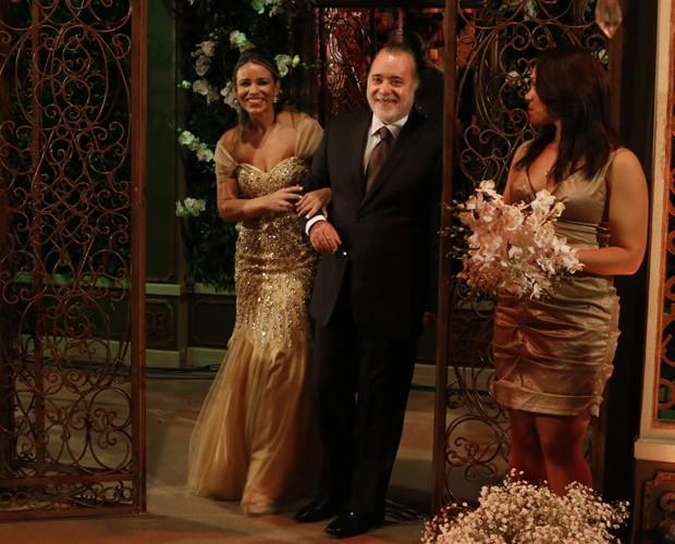 Ah chegar, Silvana é surpreendida nos braços de Tony Ramos (Foto: Freitas)