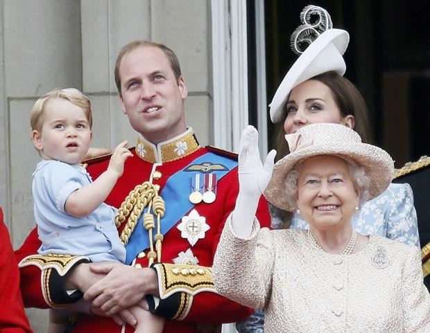 A Rainha Elizabeth II e o príncipe George acenam durante evento em Londres (Foto: Stefan Wermuth/Reuters)
