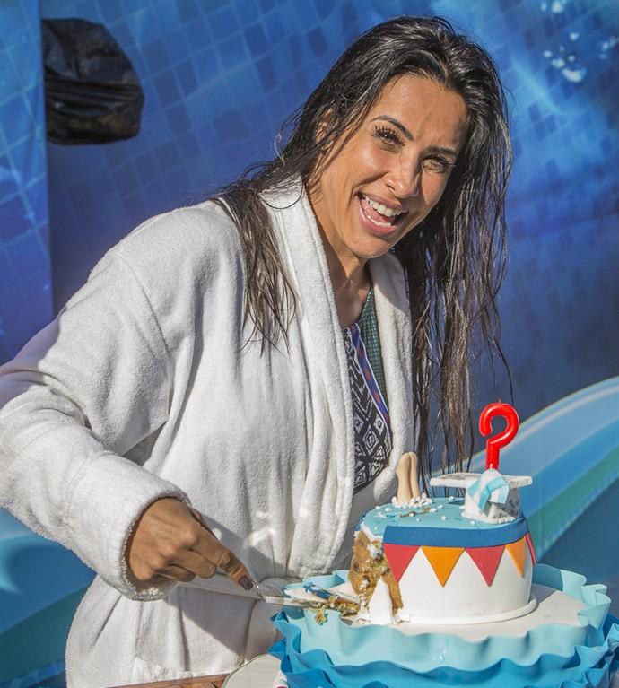 Scheila Carvalho corta o seu bolo de aniversário, feliz da vida (Foto: Artur Meninea / Gshow)
