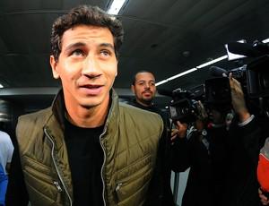 Paulo Henrique Ganso no desembarque em São Paulo (Foto: Marcos Ribolli / Globoesporte.com)