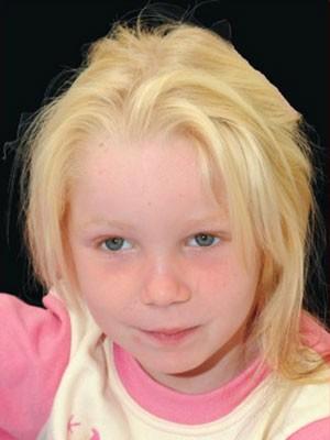Autoridades gregas tentam identificar menina encontrada em acampamento de ciganos (Foto: The Smile of the Child/AP)