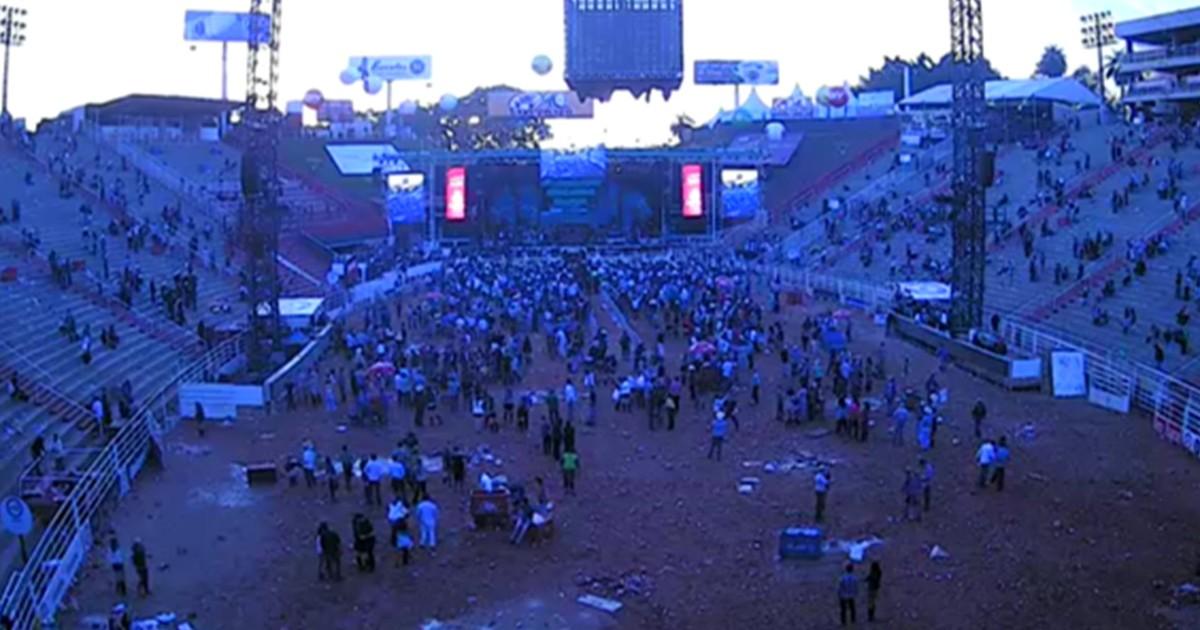 G1 - Gusttavo Lima leva fãs à exaustão em show de 4 horas na Arena de  Barretos - notícias em Festa do Peão de Barretos 2016 045d3c19404