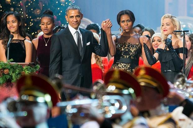 2014: Obama, Michelle Obama, as filhas Malia and Sasha e a cantora Rita Ora participam de especial natalino apresentado no National Building Museum, em Washington (Foto: Getty Images)
