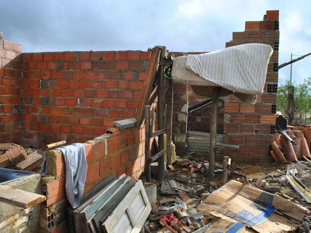 Casa em construção destruída após vendaval (Foto: Anderson Oliveira/ Blog do Anderson)