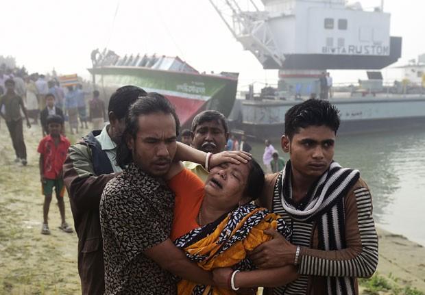 Mulher reage nesta segunda (23) após corpo de parente ter sido encontrado em naufrágio em Bangladesh neste domingo (22) (Foto: Munir Uz Zaman/AFP)
