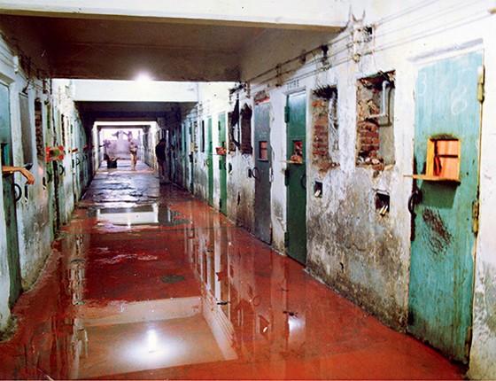 Coleção  de crimes  O corredor da  Casa de Detenção do Carandiru ficou tomado de sangue. No jornal de 1993, Letang aparecia como suspeito dos três assassinatos que cometeu  numa noite (Foto: Niels Andreas/Folhapress e reprodução)
