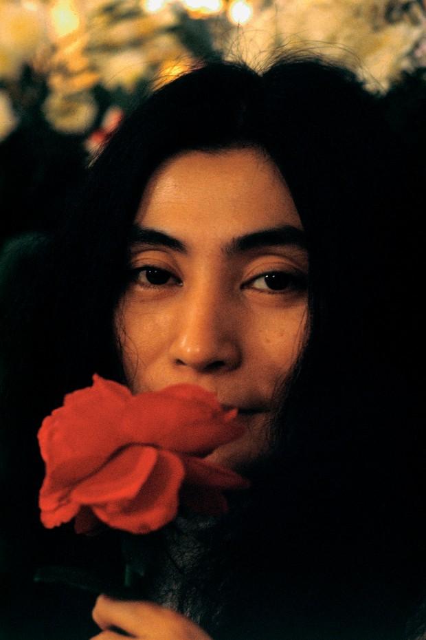 Yoko Ono durante o Bed-In, protesto pacífico contra a Guerra do Vietnã feito por ela e John Lennon,em1969 (Foto: Getty Images, Reprodução e Divulgação)