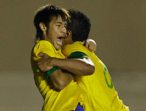 Neymar e Paulinho gol Brasil (Foto: AP)