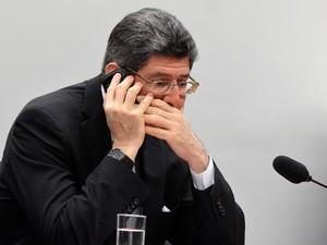 Levy fala ao telefone durante audiência no Congresso (Foto: Wilson Dias/Agência Brasil)