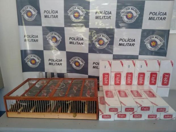 Além das aves, homem estava com cigarros contrabandeados (Foto: Polícia Rodoviária/ Divulgação)